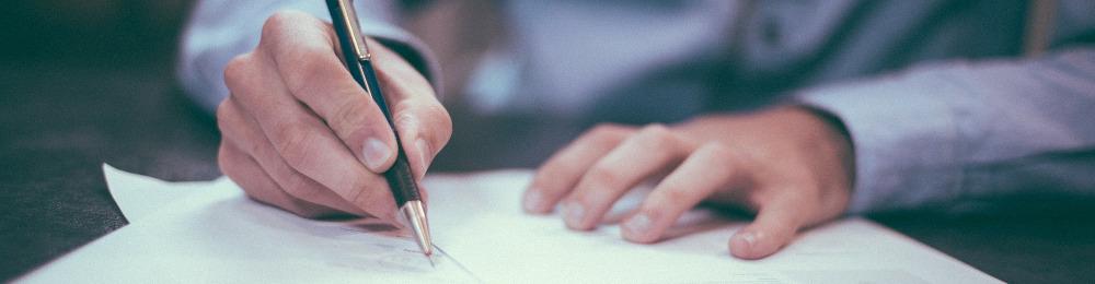 Bild zum Impressum: Eine Hand mit Kugelschreiber.